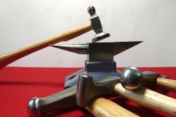 Hammer auf Amboss