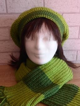 Beanie (gehäkelt) und gestrickter Schal mit Franseln - grün