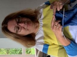 beim Stricken eines Pullovers
