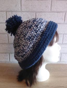gehäkelte Mütze mit Bommel (blau-weiß)
