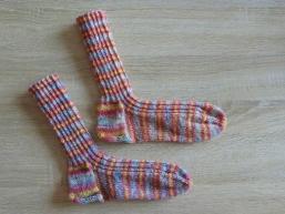 gestrickte Socken mehrfarbig