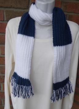 gestrickter Schal mit Franseln - blau-weiß
