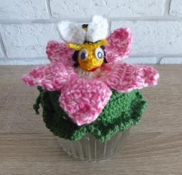 Glas mit Biene und Blume