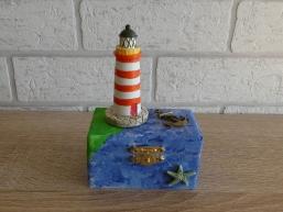 Kleine Holztruhe mit Leuchtturm