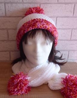 Mütze und Schal mit Bommel