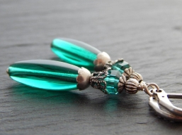 Ohrringe mit grünen Glasperlen
