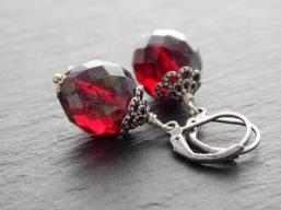 Ohrringe mit roten Glasperlen