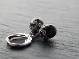 Ohrringe mit schwarzen Glasperlen