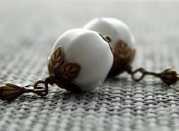 Ohrringe mit weißen Glasperlen