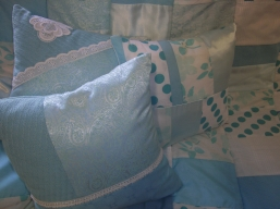 Patchworkdecke mit passenden Kissen