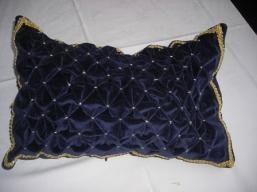 Samtkissen gesmokt in dunkelblau mit Goldfaden und Borte