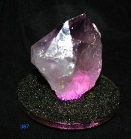 beleuchtete Amethystkristalle