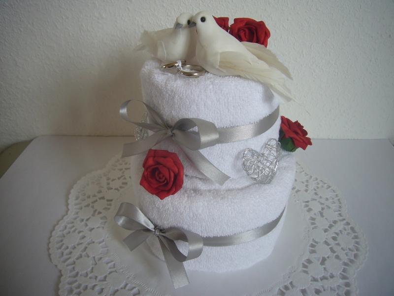 Kleinesbild - Hochzeitsgeschenk Tauben rote Rosen Handtuchtorte