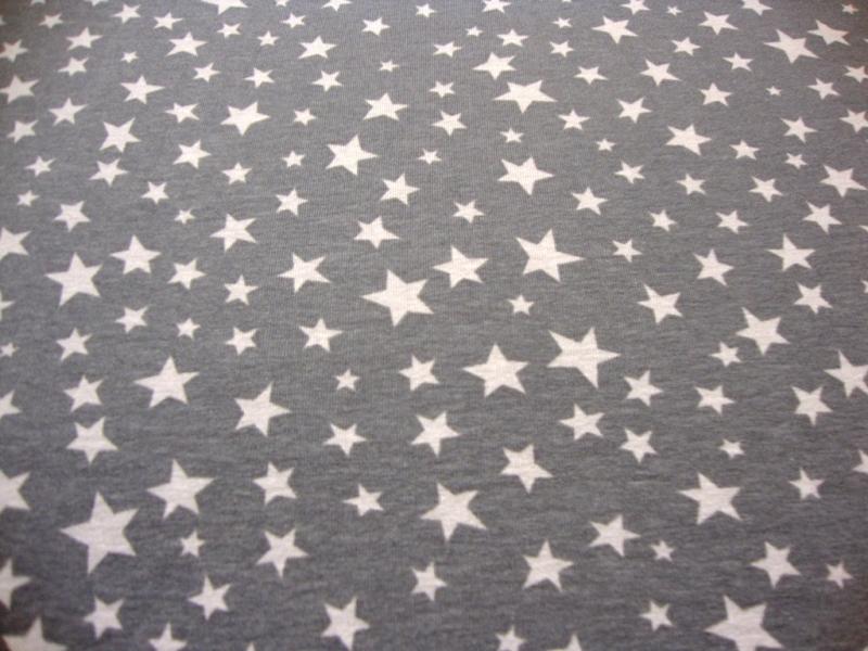 Kleinesbild - Baumwolljersey mit hellgauen Sternen auf grauen Untergrund