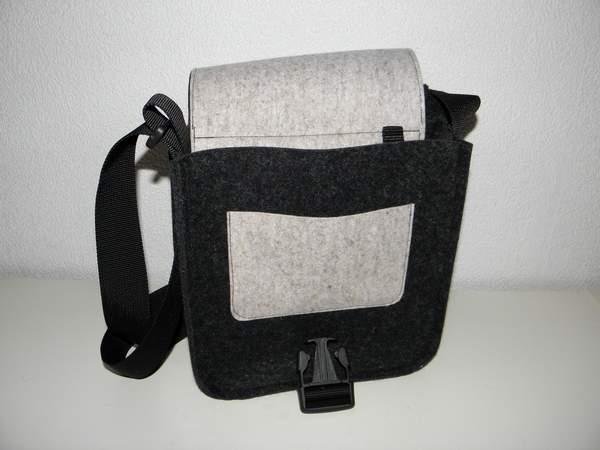Kleinesbild - Filztasche, quadratisch, Tasche aus Wollfilz zum Umhängen, schlicht, handgemacht von Dieda, kaufen
