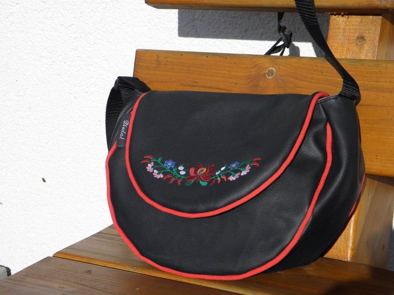 - Umhängetasche aus Kunstleder mit Blumenstickerei, halbrund, schwarz, rot, bestickt, - Umhängetasche aus Kunstleder mit Blumenstickerei, halbrund, schwarz, rot, bestickt,