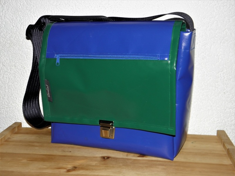 taschen umh ngetasche aus lkw plane blau und gr n. Black Bedroom Furniture Sets. Home Design Ideas