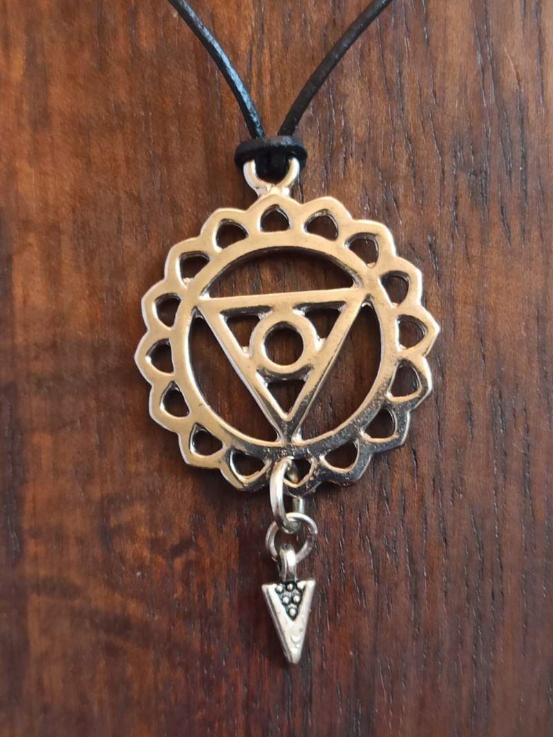 Kleinesbild - Halskette mit keltischem Anhänger hellsilber an Lederband
