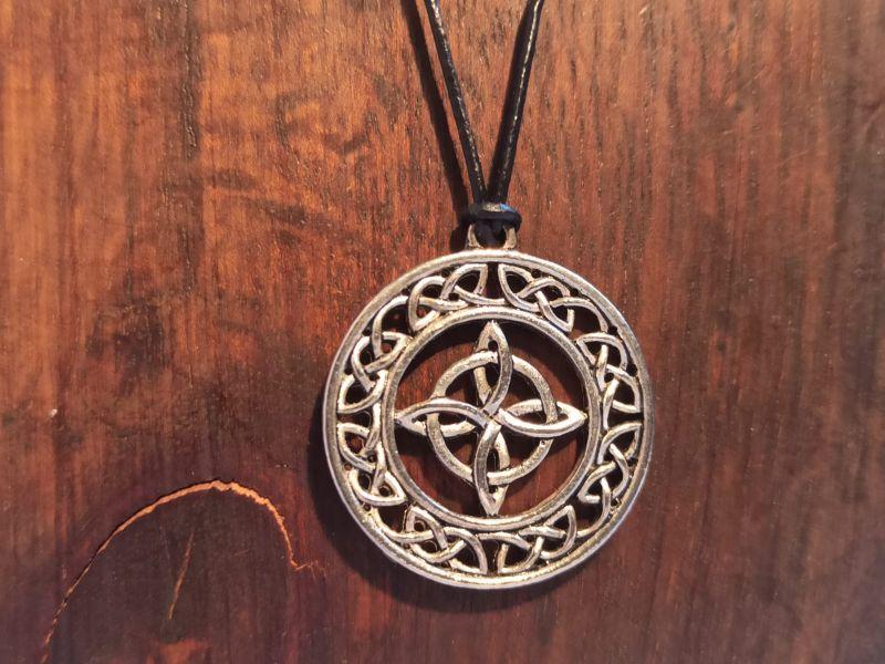- Halskette mit keltischem Anhänger an Lederband - Halskette mit keltischem Anhänger an Lederband