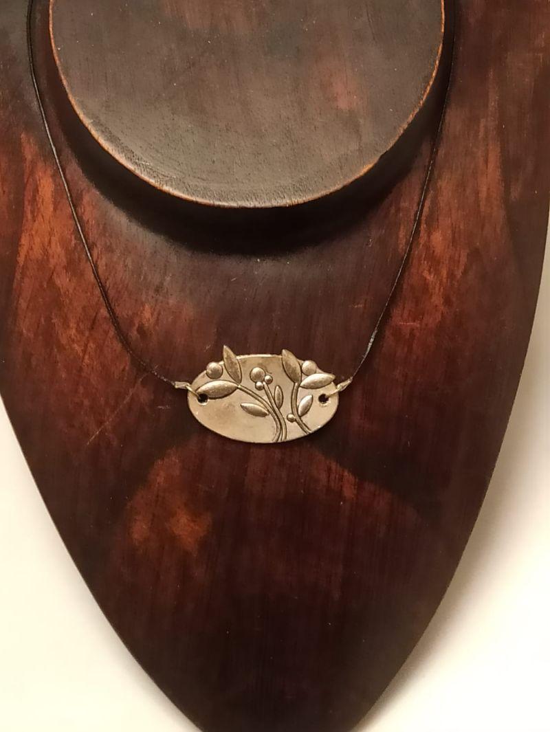 Kleinesbild - Halskette mit Blumen-Ornament an Lederband