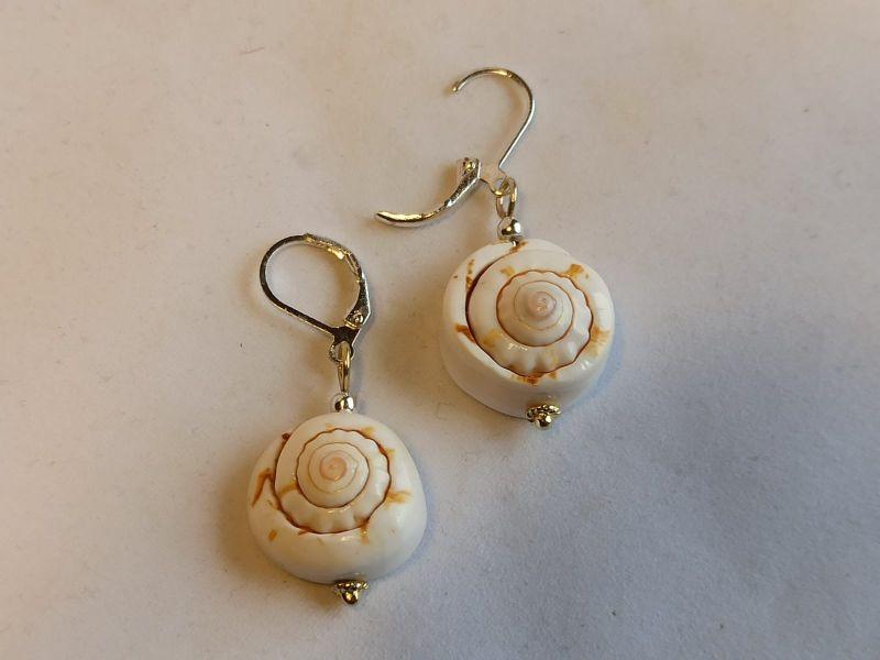 - Ohrringe mit Meeresmuscheln weiß braun - Ohrringe mit Meeresmuscheln weiß braun