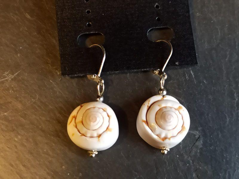 Kleinesbild - Ohrringe mit Meeresmuscheln weiß braun
