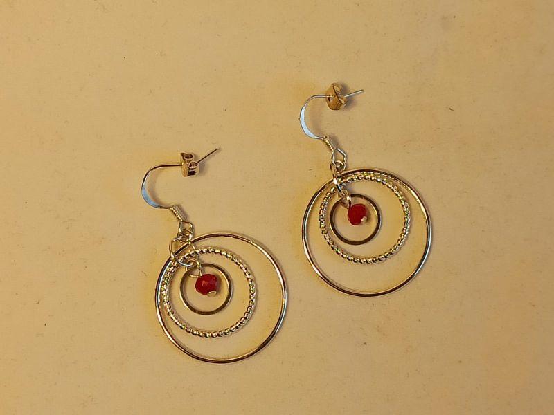Kleinesbild - Creolen 3 Ringe mit fac. Perle in tiefrot