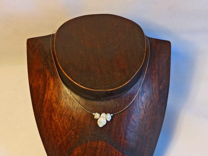 Kleinesbild - Zierliche Kurzkette mit Keshi-Perlen in weiß