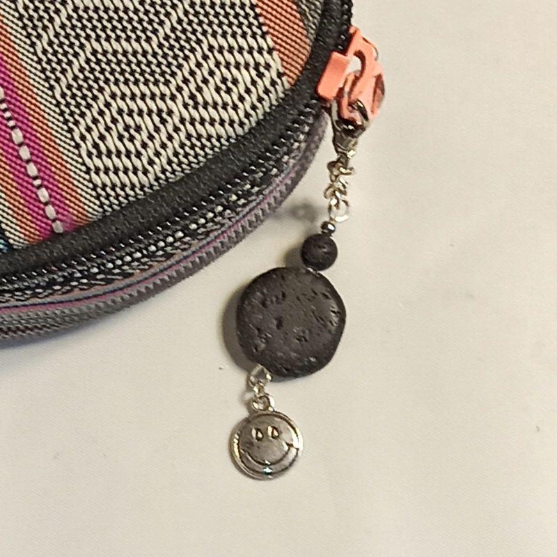 Kleinesbild - Schlüsselanhänger Taschenbaumler -zum Beduften- Lava schwarz mit Smiley-Anhänger