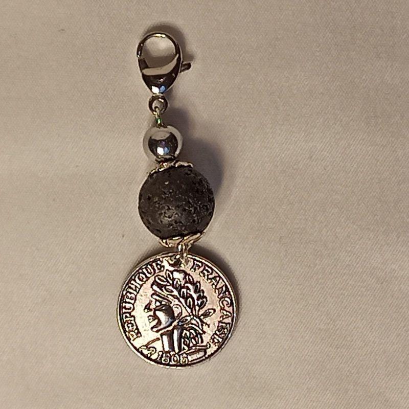 Kleinesbild - Schlüsselanhänger Taschenbaumler -zum Beduften- Lava schwarz u. Münze-Anhänger
