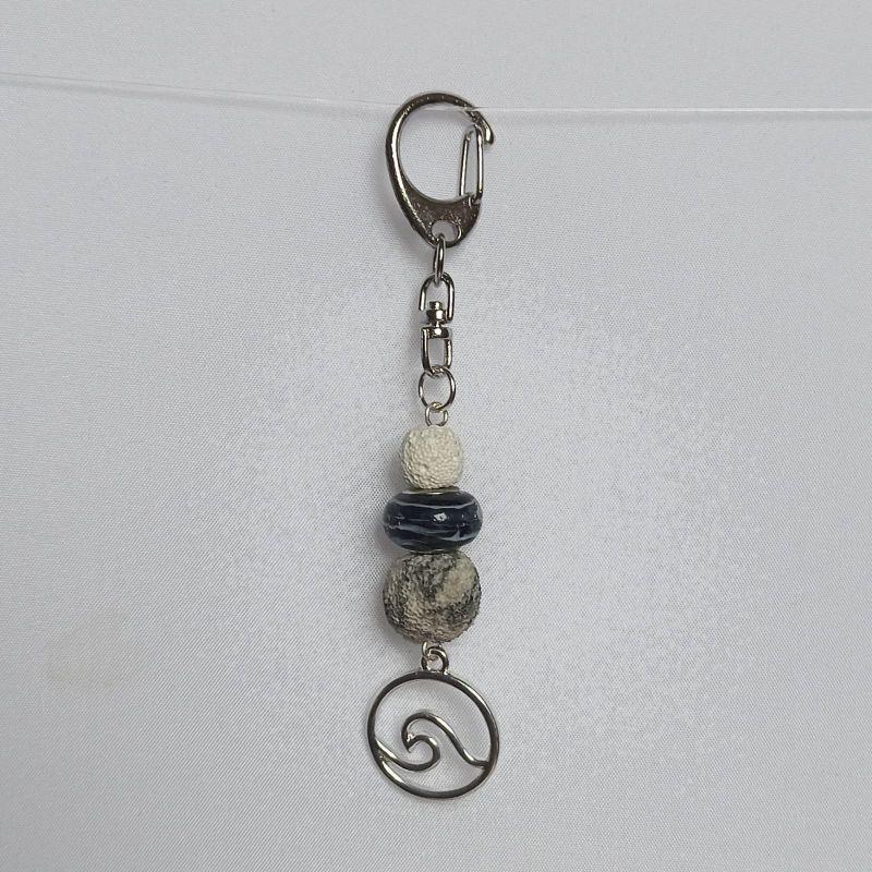- Schlüsselanhänger Taschenbaumler -zum Beduften- mit Lavaperlen weiß/schwarz und Anhänger