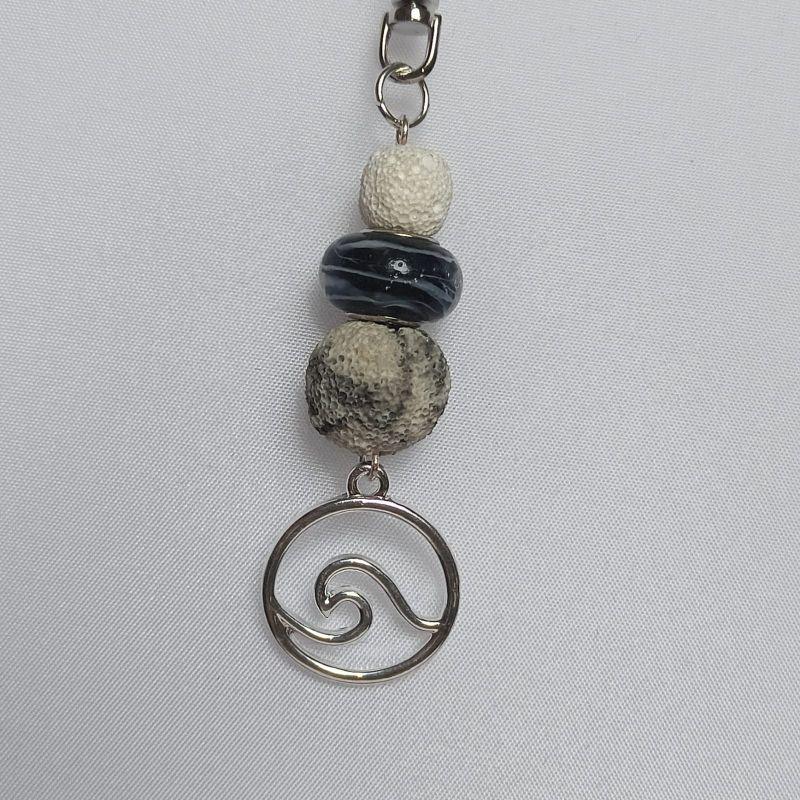 Kleinesbild - Schlüsselanhänger Taschenbaumler -zum Beduften- mit Lavaperlen weiß/schwarz und Anhänger