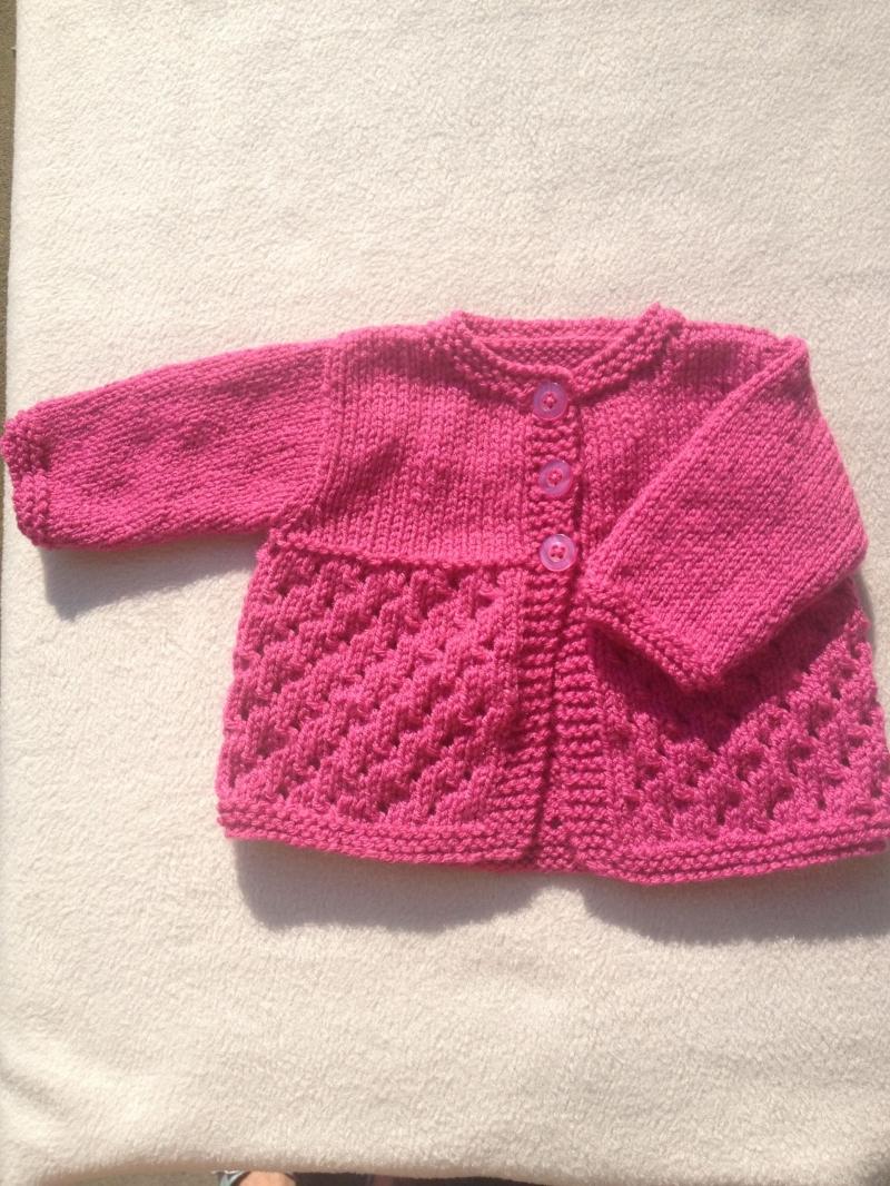 Kleinesbild - gestricktes Babyjäckchen und Stirnband in einem dunklen pink, Gr. 62