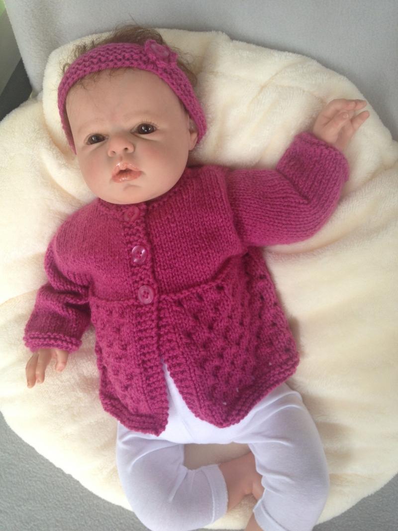 - gestricktes Babyjäckchen und Stirnband in einem dunklen pink, Gr. 62 - gestricktes Babyjäckchen und Stirnband in einem dunklen pink, Gr. 62
