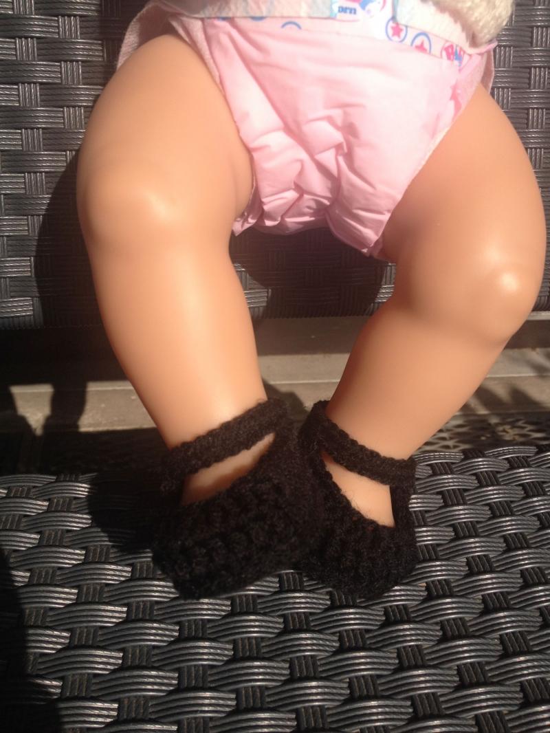 Kleinesbild - süße schwarze, gehäkelte Puppenballerina mit Fesselriemchen