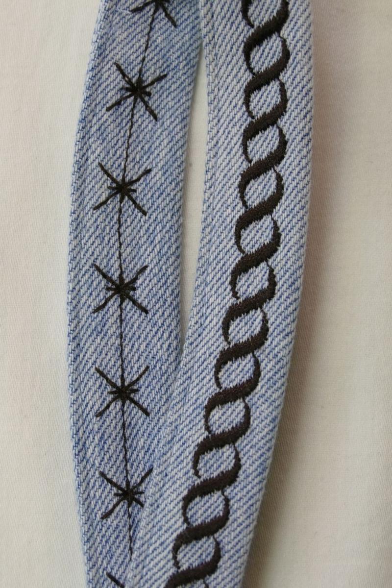 Kleinesbild - kurzes Schlüsselband, braun bestickt - Upcycling Jeanshose