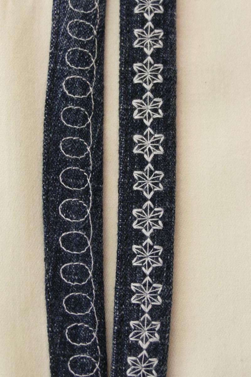 Kleinesbild - langes Schlüsselband, weiß bestickt - Upcycling Jeanshose