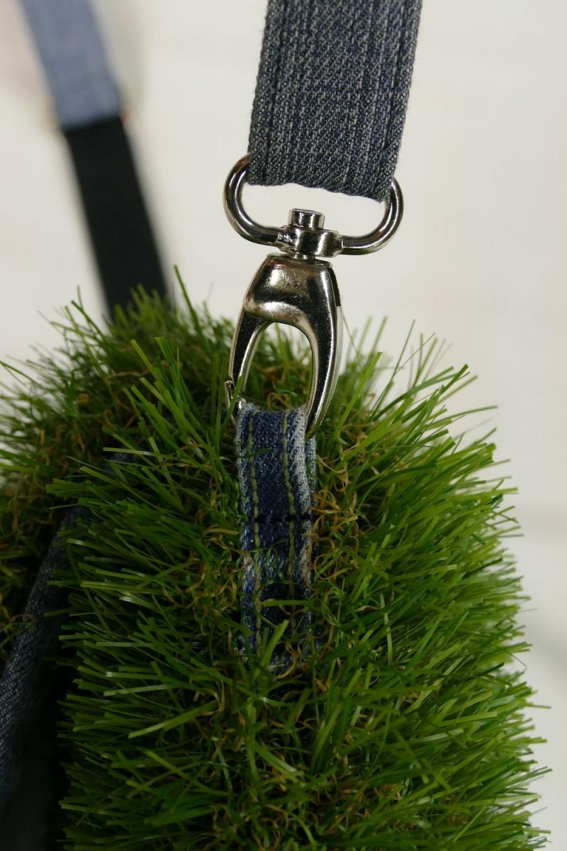 Kleinesbild - Umhängetasche mit Klappe - Kunstrasen + Upcycling Jeans / Hosenträger / Sonnenliegenstoff