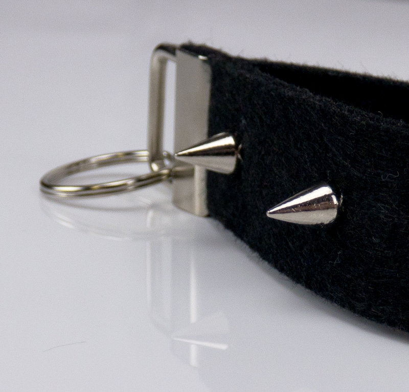 Kleinesbild - Schlüsselanhänger ♥Punk♥ schwarzer Filz mit spitzen Nieten