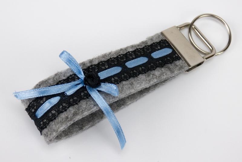 - Schlüsselanhänger ♥Strumpfband♥ grauer Filz mit schwarzer Spitze und Satinröschen - Schlüsselanhänger ♥Strumpfband♥ grauer Filz mit schwarzer Spitze und Satinröschen