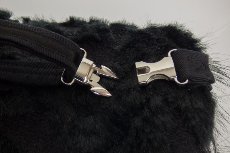 Kleinesbild - eleganter Muff zum Wenden aus Webpelz in schwarz mit Reißverschlussfach und verstellbarem Riemen