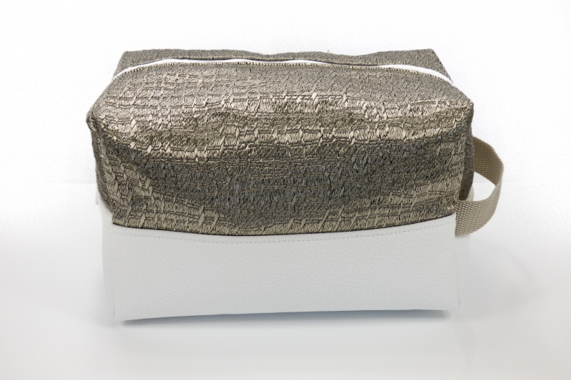 Kleinesbild - Kulturtasche ♥ Sissi ♥ edle Kombination aus weißem Kunstleder und goldenem Jacquard Satin ♥ kostenloser Versand ♥