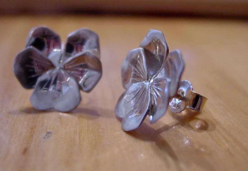 Kleinesbild - Ohrstecker in Handarbeit  kleine Blüte Stiefmütterchen kaufen