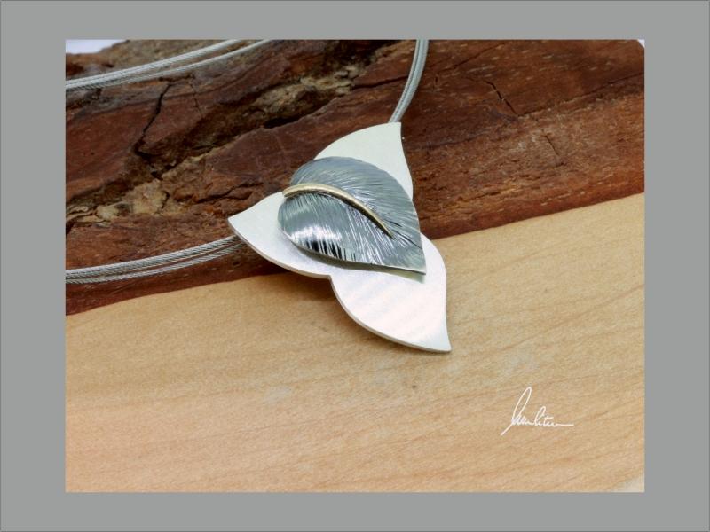 Kleinesbild - Anhänger Handarbeit in Silber strukturiert mit goldener Blattnarbe