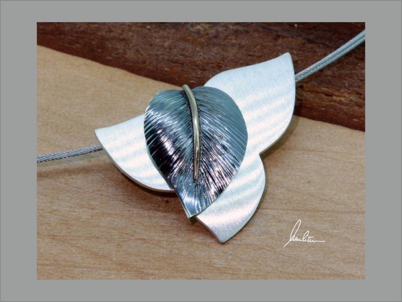- Anhänger Handarbeit in Silber strukturiert mit goldener Blattnarbe - Anhänger Handarbeit in Silber strukturiert mit goldener Blattnarbe