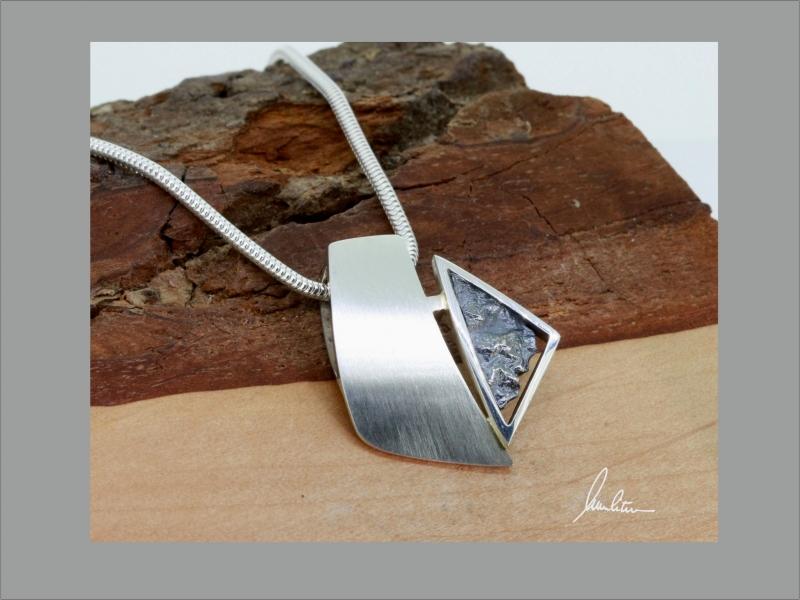 - Anhänger in Handarbeit gearbeitet mit strukturiertem Silber  - Anhänger in Handarbeit gearbeitet mit strukturiertem Silber