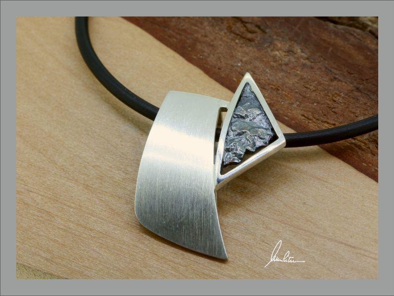 Kleinesbild - Anhänger in Handarbeit gearbeitet mit strukturiertem Silber