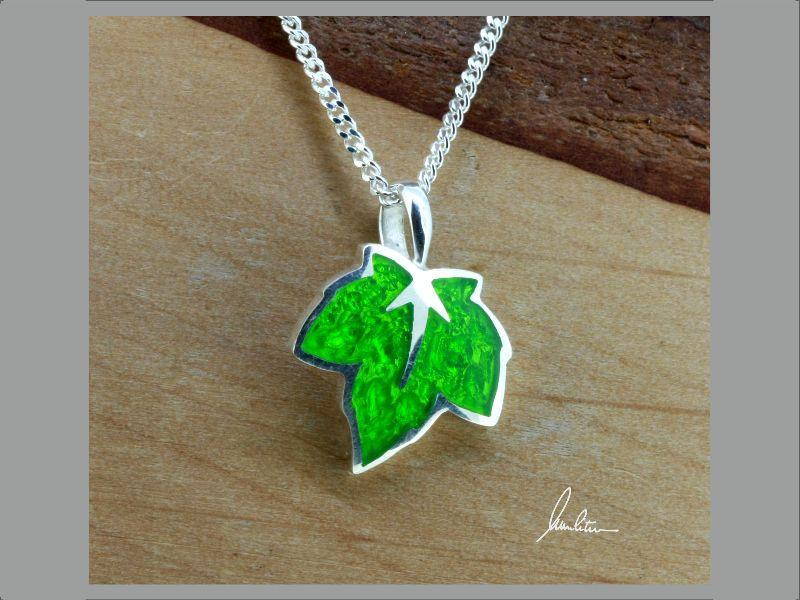 Kleinesbild - Anhänger kleines Blatt in Grün in Handarbeit hergestellt mit strukturiertem Silber