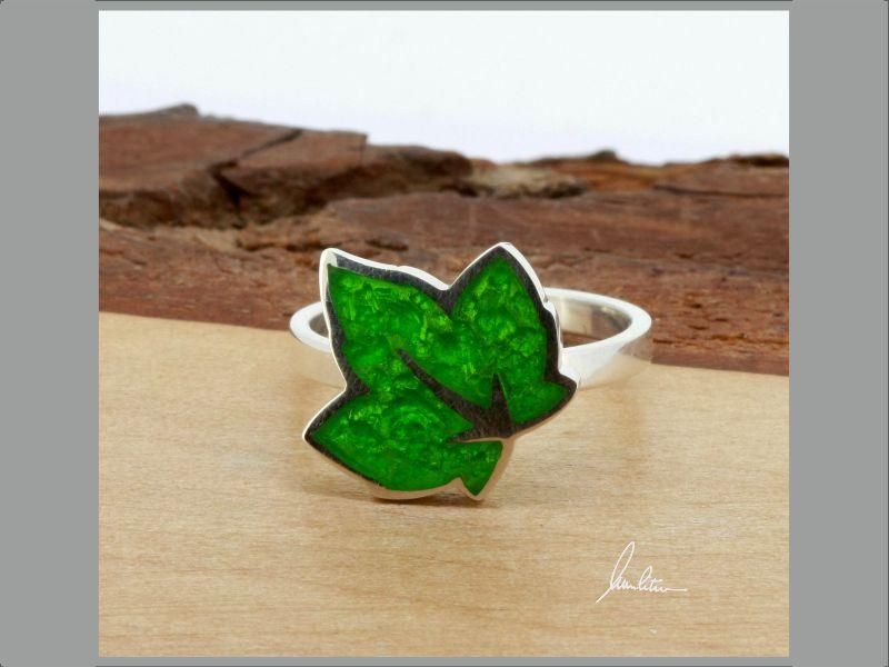 - Ring kleines Blatt in Grün in Handarbeit hergestellt mit strukturiertem Silber   - Ring kleines Blatt in Grün in Handarbeit hergestellt mit strukturiertem Silber