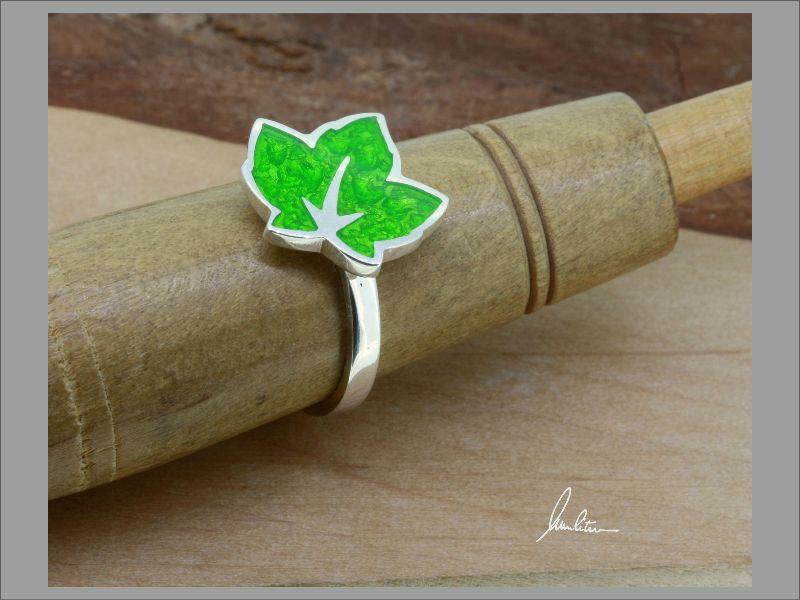 Kleinesbild - Ring kleines Blatt in Grün in Handarbeit hergestellt mit strukturiertem Silber